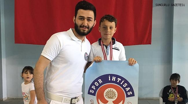 Alperen Bolat yüzme yarışmasında birinci oldu