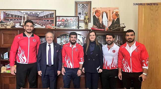 Abdullah Çakmar ve Milli Güreşçiler Uslu'yu ziyaret etti