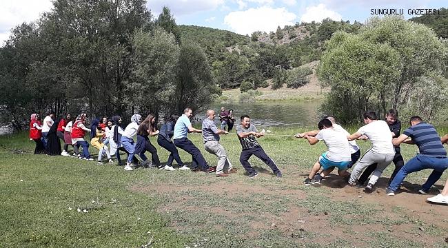 Gençler piknikte gönüllerince eğlendi