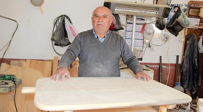 Meşhur yufka ekmeğinin tahtasını yapıyor