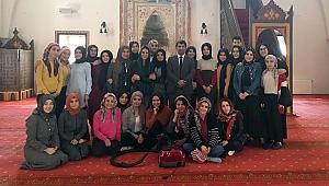 Yüksekokul öğrencileri tarihi Ulu Cami'yi temizledi