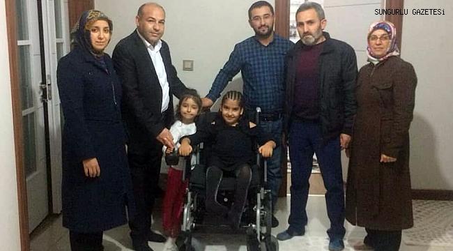 Cevizci, küçük kızın tekerlekli sandalyesini teslim etti