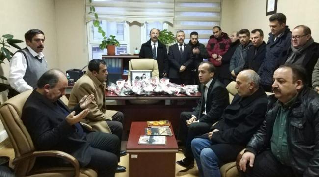 Öğretmenler Kadir Şahin'in masasına karanfil bıraktı