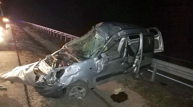Ticari araç bariyerlere çarptı, sürücü yaralandı