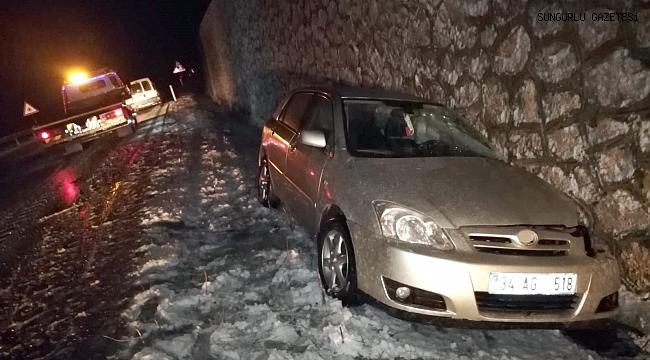 Otomobil yol kenarındaki istinat duvarına çarptı