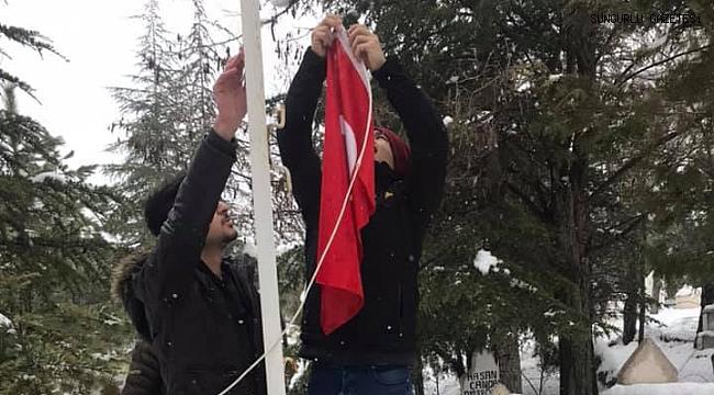Şehit Serkan Kurman'ın mezarının bayrağı yenilendi