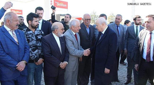 Devlet Bahçeli, Sungurlu'da vatandaşları selamladı
