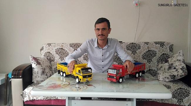 Çok sevdiği kamyonların maketlerini yapıyor