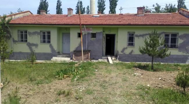 İmece usulü ile köyün sağlık evini onarıyorlar