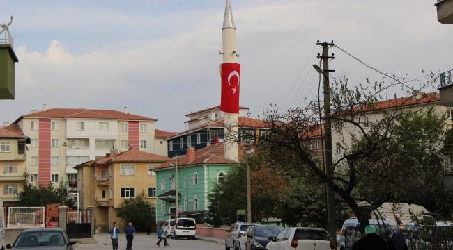 Barış Pınarı'na destek için minareye Türk bayrağı astı
