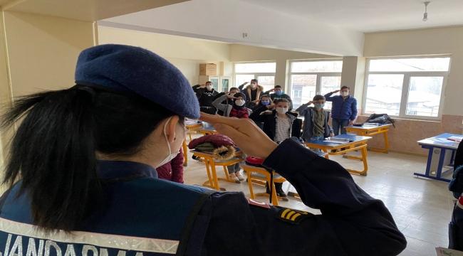 Jandarma okulun ilk günü öğrencilerin heyecanına ortak oldu